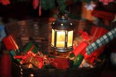 Stuk speelgoed de giften van flitslichtgiften in een rieten mand royalty-vrije stock fotografie