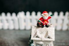 Stuk speelgoed de Kerstman De achtergrond van Kerstmis Royalty-vrije Stock Afbeeldingen