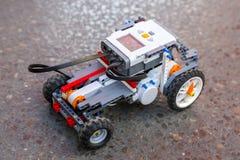 Stuk speelgoed de robot van plastiek blokkeert auto Stock Afbeelding