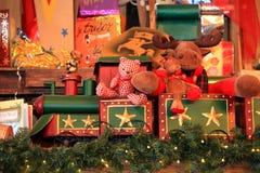 Stuk speelgoed de trein draagt giften stock afbeeldingen
