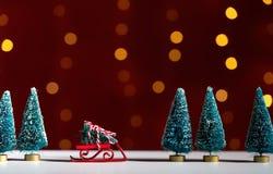 Stuk speelgoed dia die een Kerstboom dragen royalty-vrije stock fotografie
