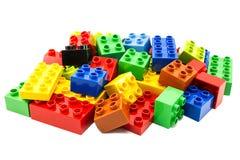 Stuk speelgoed die kleurrijke blokken bouwen stock foto's