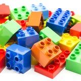 Stuk speelgoed die kleurrijke blokken bouwen Stock Foto
