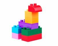 Stuk speelgoed dier van kleurrijke bouwstenen wordt gemaakt die Stock Foto's