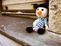 Stuk speelgoed door het venster stock fotografie