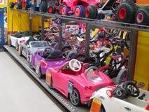 Stuk speelgoed elektrische auto's in een stuk speelgoed opslag. Stock Afbeelding