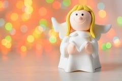 Stuk speelgoed engel met in hand boek royalty-vrije stock afbeelding
