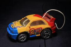 Stuk speelgoed geel, blauw en rode vrachtwagen stock fotografie