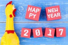Stuk speelgoed gele shrilling kip en Gelukkig nieuw jaar 2017 aantal op r Royalty-vrije Stock Fotografie
