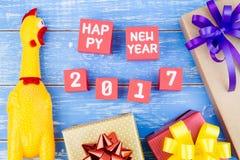 Stuk speelgoed gele shrilling kip, Huidige giftdoos en Gelukkig nieuw stem vóór Royalty-vrije Stock Foto's