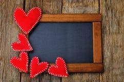 Stuk speelgoed harten op een kader met een bord Stock Afbeeldingen