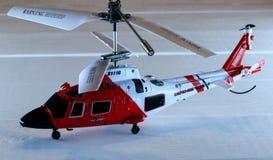 Stuk speelgoed helikopter bij de radiocontrole stock foto
