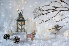 Stuk speelgoed hond Labrador in het ijzige de wintersprookjesland met sneeuwval en magische lichten De nieuwe kaart van de jaargr royalty-vrije stock afbeeldingen