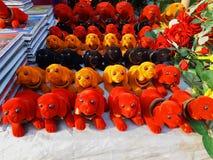 Stuk speelgoed honden in een winkel voor verkoop royalty-vrije stock afbeeldingen