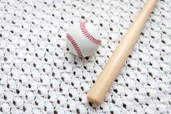 Stuk speelgoed honkbalknuppel en bal voor kinderen royalty-vrije stock fotografie