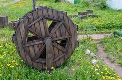 Stuk speelgoed houten molen Bloemtribune royalty-vrije stock afbeeldingen