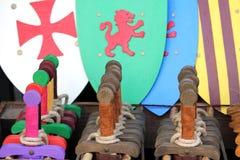Stuk speelgoed houten zwaarden en schilden voor verkoop in toyshop, voor jongens aan Royalty-vrije Stock Afbeelding
