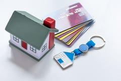 Stuk speelgoed huis, creditcards - conceptenhypotheek op witte achtergrond royalty-vrije stock afbeelding