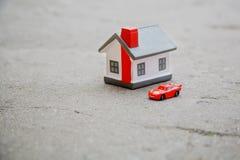 Stuk speelgoed huis en de auto royalty-vrije stock fotografie