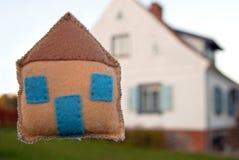Stuk speelgoed huis en droom echt huis Royalty-vrije Stock Afbeeldingen