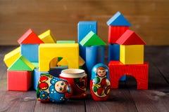 Stuk speelgoed huis en familie van hout met blokken wordt gemaakt dat Stock Afbeeldingen