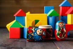 Stuk speelgoed huis en familie van hout met blokken wordt gemaakt dat Royalty-vrije Stock Foto