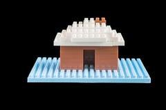 Stuk speelgoed huis van bouwstenen wordt geconstrueerd die Stock Foto's