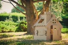 Stuk speelgoed huis van golfkarton in het stadspark dat wordt gemaakt Royalty-vrije Stock Fotografie