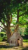 Stuk speelgoed huis van golfkarton in het stadspark dat wordt gemaakt Royalty-vrije Stock Afbeeldingen