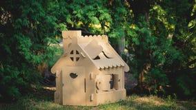Stuk speelgoed huis van golfkarton in het stadspark dat wordt gemaakt Stock Afbeeldingen