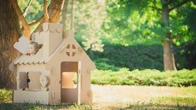 Stuk speelgoed huis van golfkarton in het stadspark dat wordt gemaakt Royalty-vrije Stock Foto