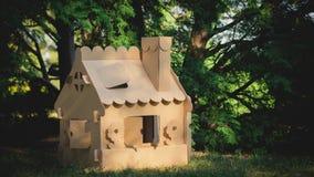 Stuk speelgoed huis van golfkarton in het stadspark dat wordt gemaakt Stock Foto's