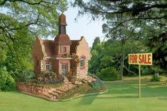 Stuk speelgoed - huis voor verkoop Stock Foto's