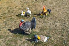 Stuk speelgoed kalkoenen en kippen in de weide Huisdecoratie van het huis Stock Fotografie