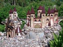 Stuk speelgoed kasteel in de tuin Stock Foto's
