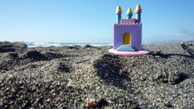 Stuk speelgoed kasteel op het zand Stock Foto's