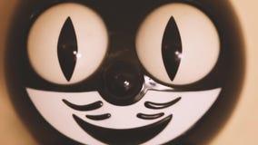 Stuk speelgoed kattenklok met het bewegen van ogen stock videobeelden