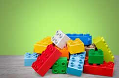 Stuk speelgoed kleurrijke blokken op houten lijst Royalty-vrije Stock Afbeeldingen