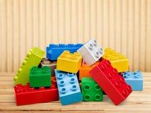 Stuk speelgoed kleurrijke blokken op lijst Stock Foto