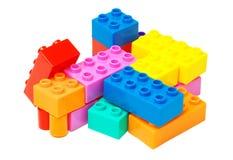 Stuk speelgoed kleurrijke plastic die blokken op wit worden geïsoleerd Royalty-vrije Stock Foto
