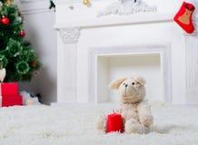 Stuk speelgoed konijn met een kaars in Kerstmisbinnenhuisarchitectuur met C stock foto's