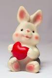 Stuk speelgoed konijn met hart Stock Foto's
