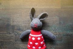 stuk speelgoed konijntjes die pop breien Royalty-vrije Stock Afbeelding
