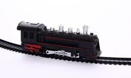 Stuk speelgoed locomotief op de spoorwegsporen royalty-vrije stock fotografie