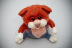 Stuk speelgoed met de hand gemaakte kat van gevoeld Stock Foto's