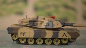 Stuk speelgoed militaire tank in radio gecontroleerde beweging stock footage