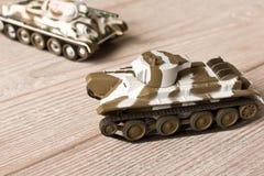 Stuk speelgoed modellen van Sovjettanks op een houten lijst stock foto's