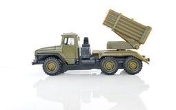 Stuk speelgoed modelvrachtwagen met een raketlanceerinrichting. Stock Fotografie