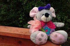 Stuk speelgoed muis op de houten raad Stock Foto