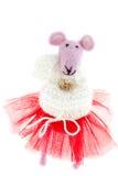 Stuk speelgoed muis in roze sjaal en een rode rok Royalty-vrije Stock Afbeelding